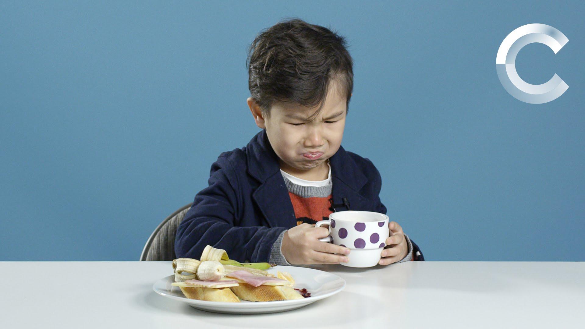 「小朋友試吃各國早餐--天啊!碗裡有死魚?!」- American Kids Try Breakfasts From Around the World