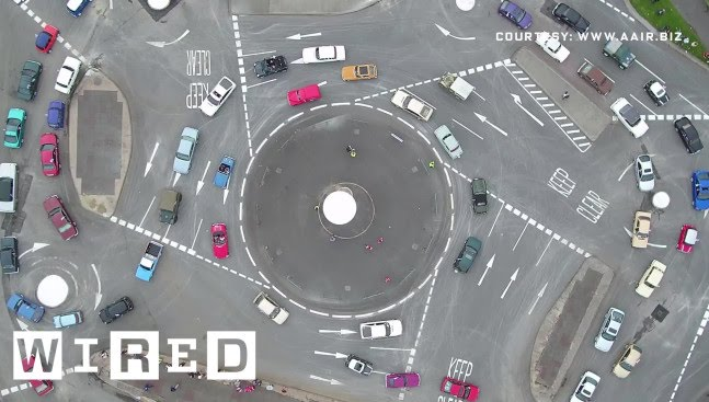 「駕駛都暈了~英國的瘋狂『魔術圓環』」- See How an Insane 7-Circle Roundabout Actually Works