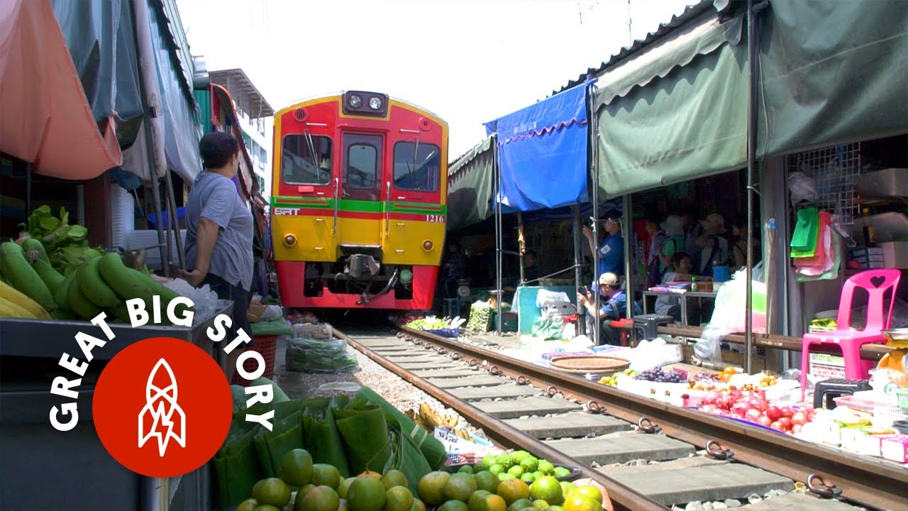 「什麼?這裡的火車竟然直接穿越菜市場!」- Watch a Train Run through Thailand's Most Dangerous Market